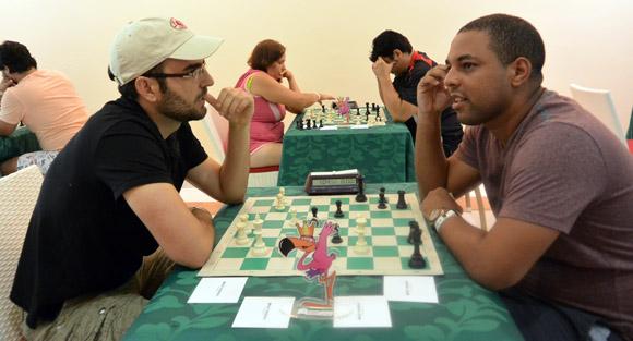 En el post mortem de una partida, con el campeón nacional Isán Ortiz. Foto: Katheryn Felipe.