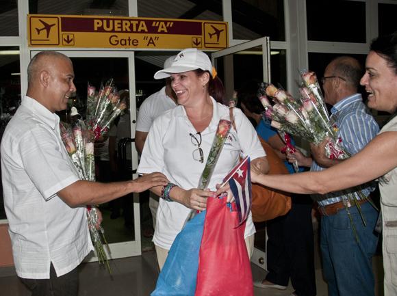 Regreso a Cuba de los 48 integrantes de la brigada Henry Reeve que asistieron a los damnificados por el terremoto que estremeció a Nepal. Foto: Ladyrene Pérez/ Cbadebate.