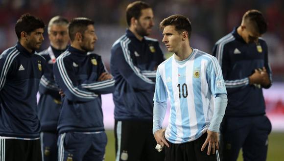 Messi, tras la tanda de los penaltis del partido Chile-Argentina. Foto: Mario Ruiz / EFE.