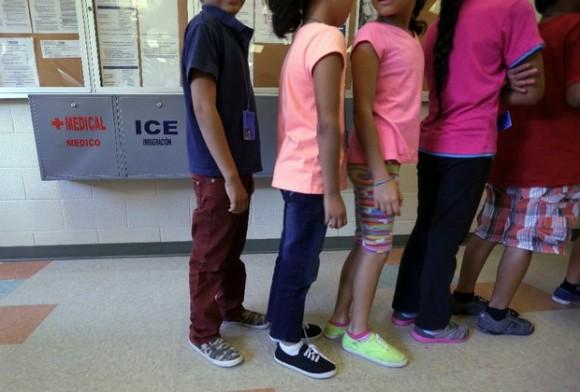 Niños migrantes hacen fila en el Centro del Condado de Karnes, Texas, el 10 de septiembre de 2014. Foto: Ap.