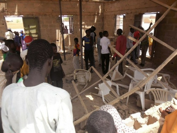 Pobladores de Potiskum se reúnen dentro de una iglesia, tras un bombazo de Boko Haram ayer. Foto: AP.