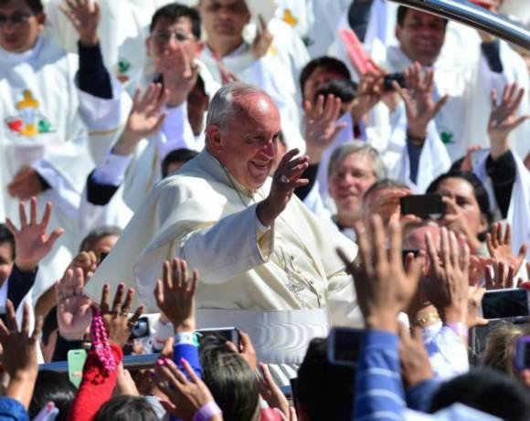 El papa Francisco saluda a los creyentes al finalizar una misa en la plaza del Cristo Redentor.