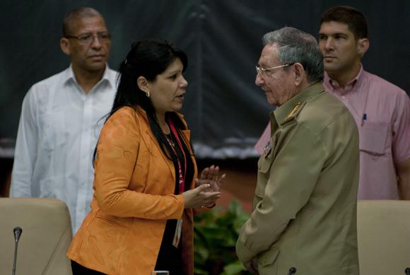 Yuniasky Crespo, Primera secretaria de la UJC y el presidente cubano Raúl Castro. Foto: Ladyrene Pérez/ Cubadebate.