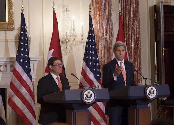 Bruno Rodríguez y John Kerry en el Salon Benjamin Franklin, del Departamento de Estado. Foto: Ismael Francisco/ Cubadebate