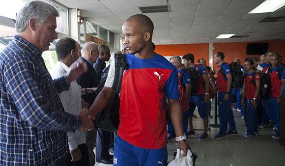 Díaz Canel saluda al estelar boxeador Roniel Iglesias. Foto: Ismael Francisco.