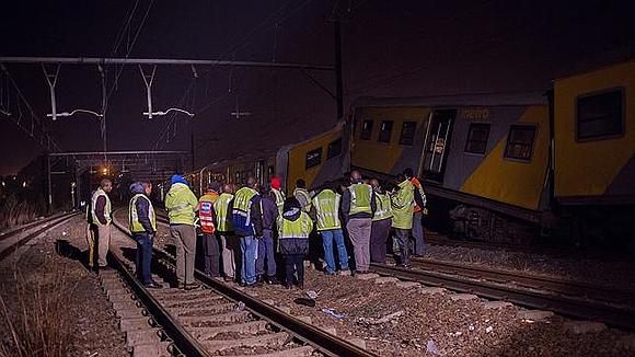 Personal de emergencia, en el lugar del accidente. Foto: AFP