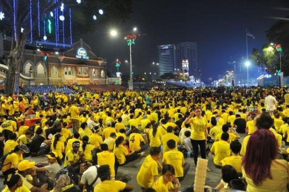 Manifestantes con camisetas amarillas marchan sobre la calle principal de Kuala Lumpur, en una manifestación pro democracia. Foto: AP