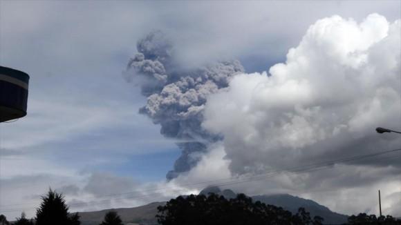 Vista del volcán Cotopaxi en Ecuador arrojando una columna de cenizas de cinco kilómetros (3 millas) de altura. 14 de agosto de 2015