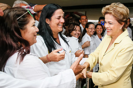 Dilma saluda a médicos cubanos en el acto por el segundo aniversario del programa Más Médicos.Foto: Roberto Stuckert Filho/04.08.2015/PR