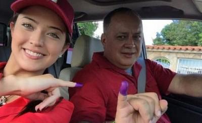 Diosdado Cabello junto a su hija, Daniella Cabello. Foto: Tomada de confirmado.com.ve