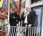 El fundador de WikiLeaks, Julian Assange y el reverendo Jesse Jackson, de EU, en el balcón de la Embajada del Ecuador en el centro de Londres. Foto Ap
