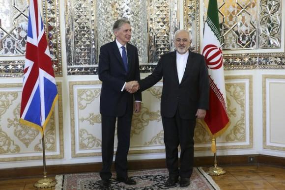 El secretario británico de Exteriores, Philip Hammond, y su homólogo iraní Mohammad Javad Zarif. Foto: AP