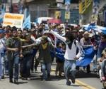 Estudiantes de la Universidad Nacional marchan al Palacio de Gobierno de Guatemala, para exigir la renuncia del presidente Otto Pérez Molina. Foto: Ap