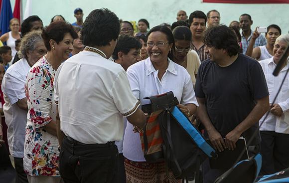 """Evo Morales Ayma entregó una donación de 50 computadoras y materiales educativos a niños y profesores de la escuela primaria """"Estado Plurinacional de Bolivia"""".  Foto: Ladyrene Pérez/ Cubadebate."""