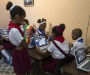"""Pioneros de la escuela primaria """"Estado Plurinacional de Bolivia"""" disfrutan de los materiales donados por el presidente Evo. Foto: Ladyrene Pérez/ Cubadebate."""