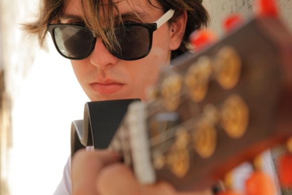 Diseñador, músico, instrumentista y compositor, una original y novedosa manera de combinar contenido y estética distingue al joven cantautor. Foto: Cortesía del artista.