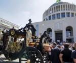 Una antigua carroza negra lleva el cuerpo de Vittorio Casamonica hasta la iglesia Don Bosco en Roma (Italia), el 20 de agosto de 2015. / STRINGER/ITALY