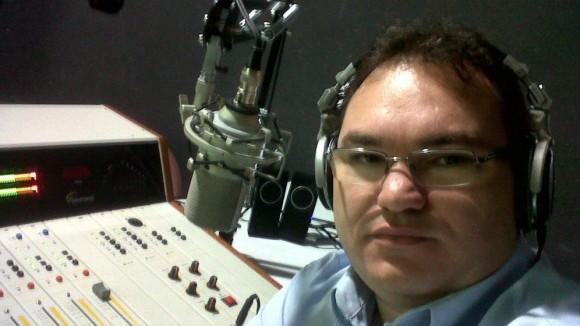 Gleydson durante la emisión de su programa. Foto: Facebook.