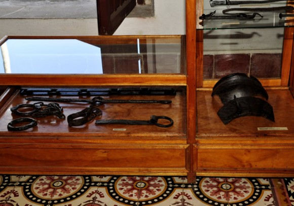 Grilletes y otros objetos utilizados por los esclavistas. Foto: Roberto Garaicoa