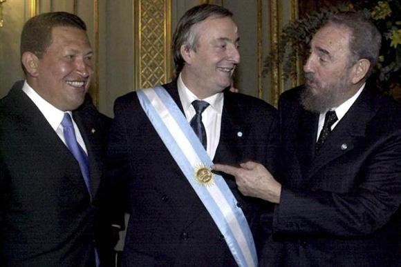 Fidel con Hugo Chavez tras la asunción de Néstor Kirchner en mayo de 2003. Foto: Archivo.