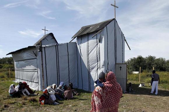 Iglesia construida por cristianos de Eritrea y Etiopía en 'la jungla' de Calais, Francia (Reuters)