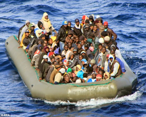 Inmigrantes del Norte de África rumbo a Italia. Foto: Tomada de europauniversal.blogspot.com