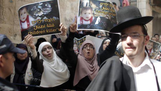 La policía bloquea, ayer, el acceso a la mezquita Al Aqsa de Jerusalén a un grupo de palestinos que participaban en una protesta. / AHMAD GHARABLI (AFP)