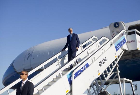 ohn Kerry, Secretario de Estado de los Estados Unidos, a su arribo al Aeropuerto Internacional José Martí, en La Habana, Cuba. Foto: Reuters.