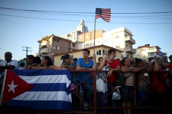 Banderas cubanas y norteamericanas entre el público que espera la llegada de John Kerry a Cuba para la reapertura de la embajada de EE UU en La Habana. Foto: Reuters.