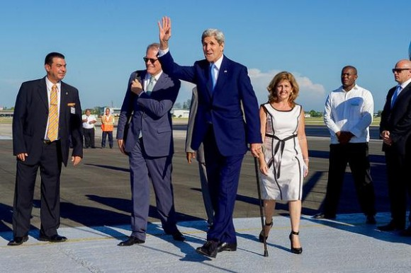 John Kerry, Secretario de Estado de los Estados Unidos a su arribo al Aeropuerto Internacional José Martí, en La Habana, Cuba. Foto: @JohnKerry.