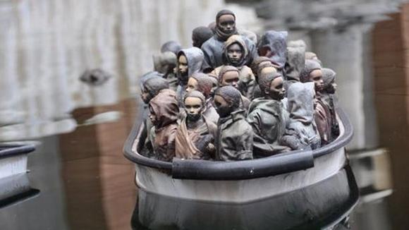 Los asistentes pueden jugar con pequeños botes... llenos de inmigrantes
