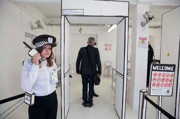 Los visitantes deben pasar el área de seguridad de papel