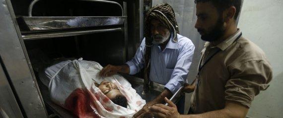 Familiares velan a Mohamad Hamid al Masri, el menor muerto en Gaza. | MOHAMMED ABED / AFP