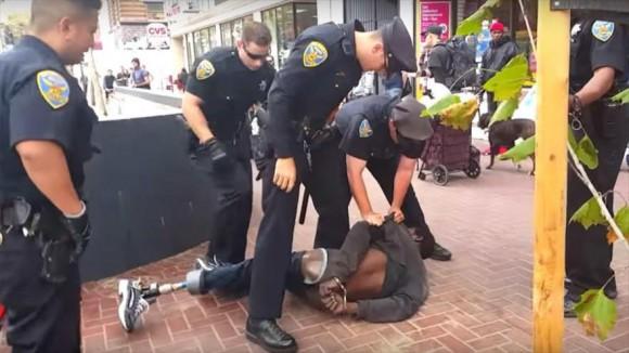 Policías estadounidenses tiran al suelo a un afroamericano discapacitado en la ciudad de San Francisco.