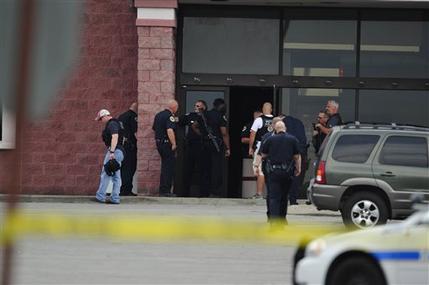 La policía revisa la escena de un tiroteo en Nashville, Tennessee, el miércoles 5 de agosto de 2015. Un sospechoso con un hacha y una pistola en un cine del área de Nashville murió luego de intercambiar disparos con la policía. (John Partipilo/The Tennessean vía AP)