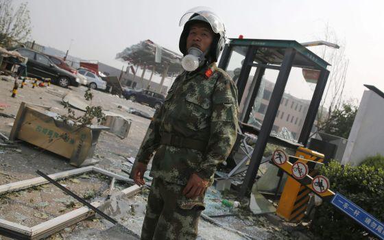 Un policía vigila en la zona de la explosión. Foto: EFE.