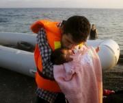 Un refugiado sirio besa a su hija de dos meses al desembarcar en la isla griega de Kos (Reuters)
