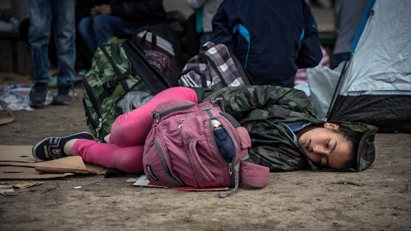 Una menor duerme en el suelo en un parque donde los migrantes han encontrado refugio temporal en la capital de Serbia, Belgrado.