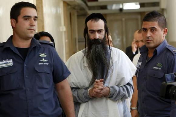 Yishai Shlissel, el ultraortodoxo judío que apuñaló a una joven durante un desfile del Orgullo Gay en Jerusalén, es llevado ante el tribunal de la ciudad israelí el 31 de julio de 2015. Foto: AFP