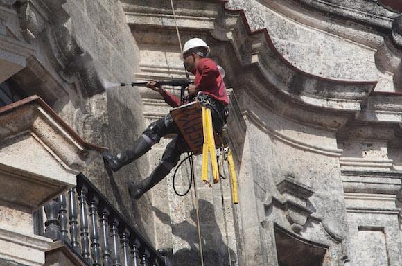 Alpinista limpiando la fachada del Centro Cultural Padre Félix Varela. Foto: Ismael Francisco/ Cubadebate