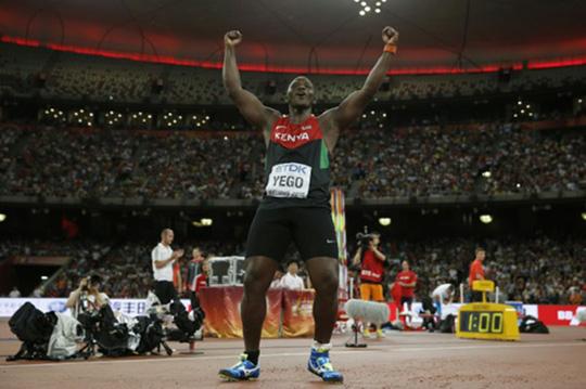 Su lanzamiento de 92.72 metros es uno de los diez mejores de la historia.