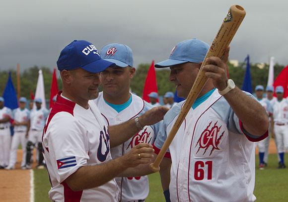 Gerardo Hernandez, entrega a Roger Machado un bate por ser Ciego de Avila el actual campeon de la pelota cubana. Foto: Ismael Francisco/Cubadebate.