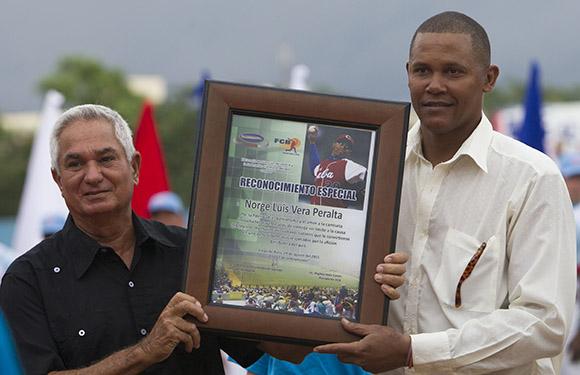 Entregan reconocimiento a Norge Luis Vera, ex lanzador de Santiago de Cuba. Foto: Ismael Francisco/Cubadebate.