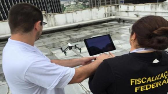 Auditores fiscales hacen pruebas con un dron en Río de Janeiro.