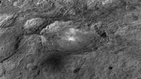 Cráter Occator con las famosas manchas brillantes en su interior.