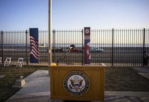 El podio en la Embajada de los EEUU, donde hablaría el Secretario de Estado John Kerry este 14 de agosto en La Habana. Foto: Ramón Espinosa/ AP