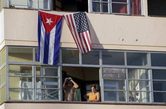 Vecinos miran desde un edificio al lado de la embajada de Estados Unidos en La Habana. Foto: Enrique De La Osa/ Reuters.