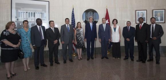 Las delegaciones oficiales de Cuba y Estados Unidos en la Embajada estadounidense en La Habana, este 14 de agosto. Foto: Ismael Francisco/ Cubadebate