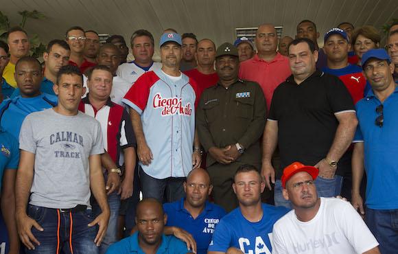 Gerardo Hernandez con peloteros del equipo de Ciego de Avila. Foto: Ismael Francisco/Cubadebate.