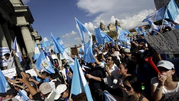 Los guatemaltecos ondearon banderas y corearon consignas en las que repudiaron la corrupción. | Foto: Reuters.